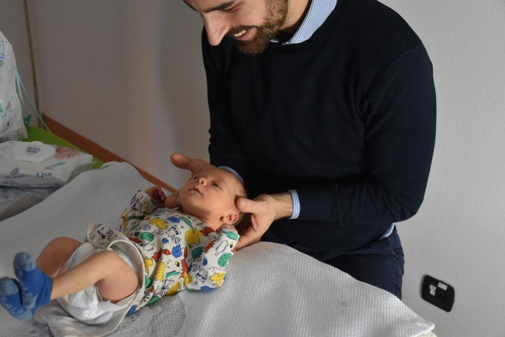 Silva Matteo, Osteopata pediatrico mentre svolge un trattamento su un neonato pr risolvere preoblemi di suzione, apertura della bocca e allattamento al seno