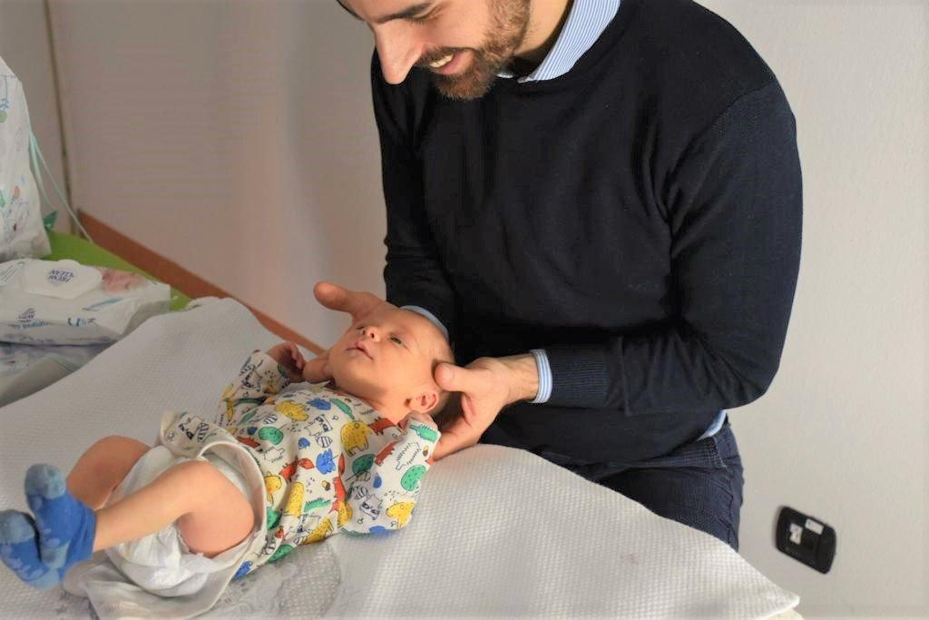 Trattamento osteopatico del neonato (osteopatia pediatrica matteo silva) per prevenire la tessta piatta e la plagiocefalia posizionale del neonato; bambino di 5 giorni di vita; visita in studio al centro Yule.