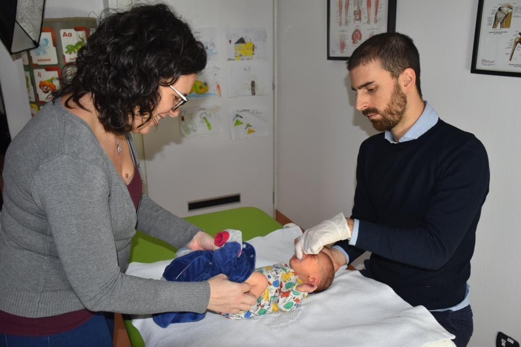 Silva Matteo, osteopata che svolge un trattamento di osteopatia pediatrica per risolvere le contratture alla bocca del neonato che creano problemi di suzione e allattamento del neonato